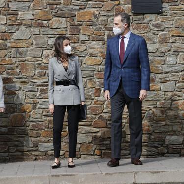 La reina Letizia elige una blazer ajustada con cinturón y un pantalón negro para visitar el colegio María Moliner de Andorra