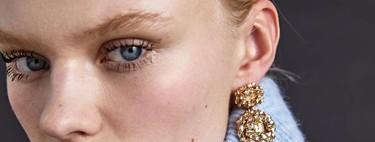 Zara nos propone un moño deshecho e ideal realizado con las horquillas más bonitas que vas a ver esta temporada