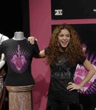 La camiseta solidaria diseñada por Shakira