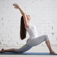 Anjaneyasana: cómo hacer la postura de la luna creciente de Yoga de forma correcta y cuáles son sus beneficios