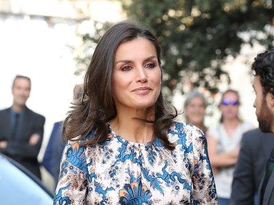 La Reina Letizia repite el vestido estampado de Sandro Paris que tanto nos gusta
