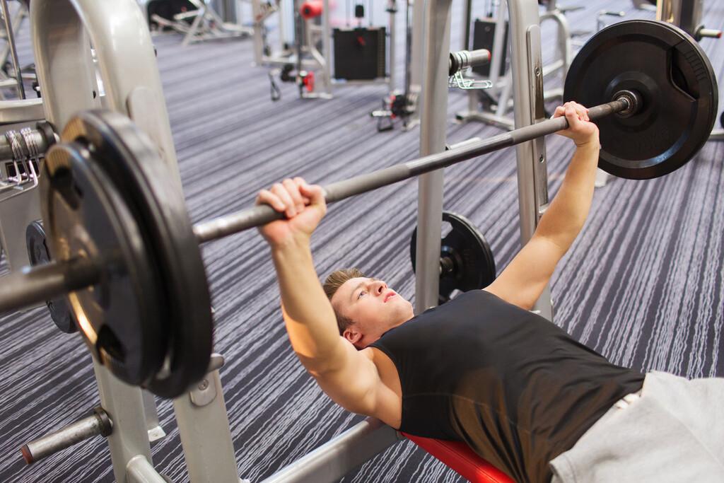 Los cuatro ejercicios con los que puedes hacer un entrenamiento completo en el gimnasio