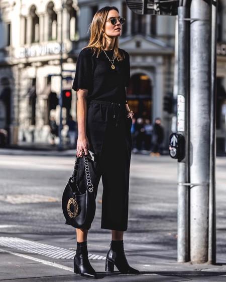 outfit con pantalón negro en verano