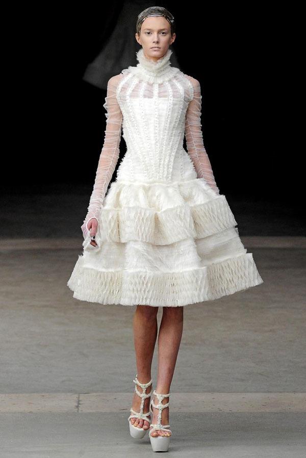 Foto de Alexander McQueen Otoño-Invierno 2011/2012 en la Semana de la Moda de París: Sarah Burton continúa con nota el legado (7/27)
