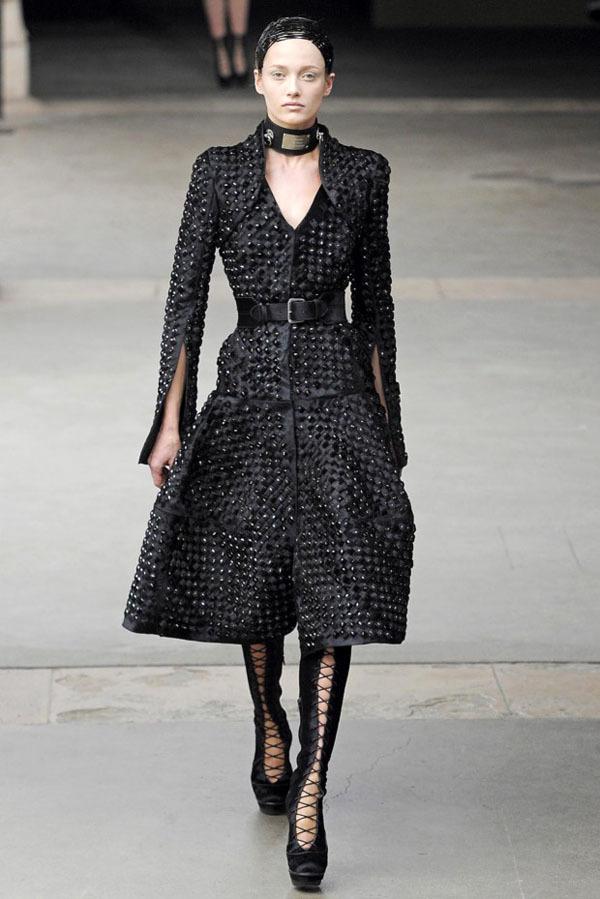 Foto de Alexander McQueen Otoño-Invierno 2011/2012 en la Semana de la Moda de París: Sarah Burton continúa con nota el legado (5/27)