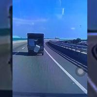 Este flipante vídeo en el que una caja se cae de un camión y se vuelve a meter (dos veces) se explica por el vórtice Kármán