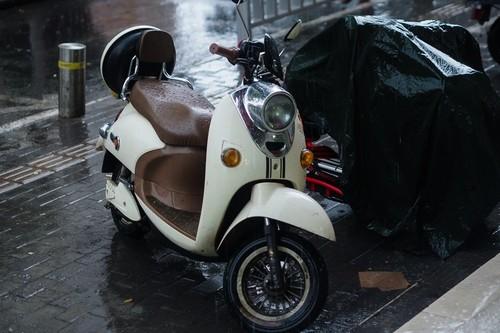 Siete claves para conducir una moto cuando llueve y no caer en el intento