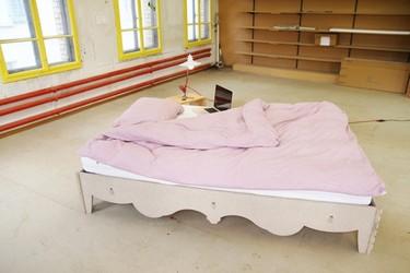 Una cama moderna inspirada en el estilo clásico