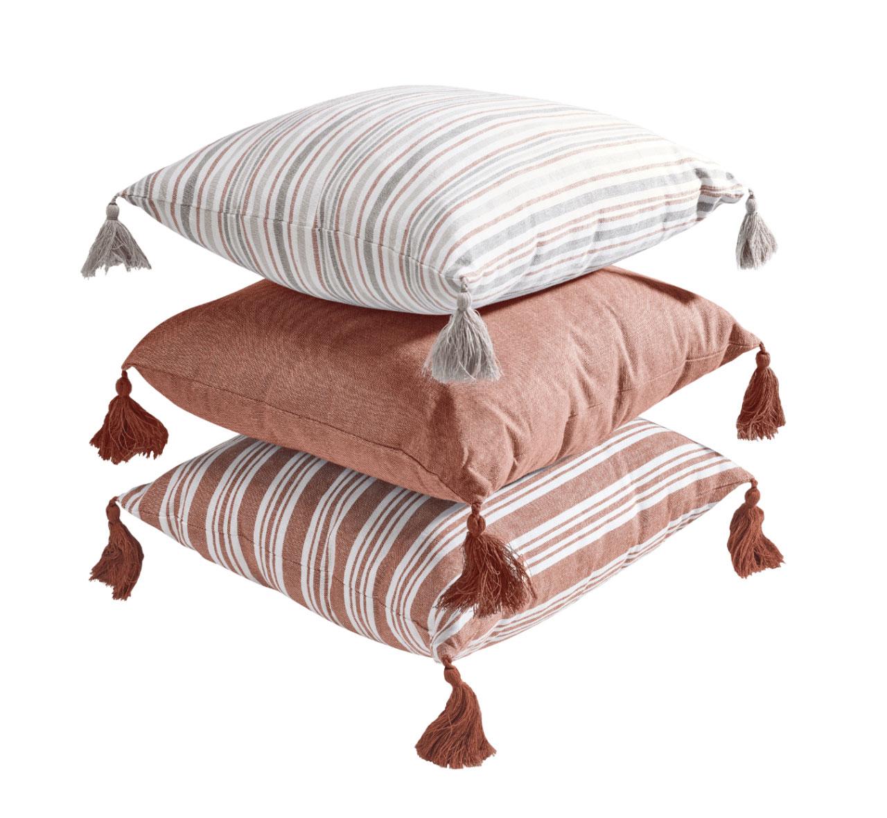 Cojín decorativo con Funda: 100% algodón orgánico. Relleno: 100% poliéster. Tamaño: 40 x 40 cm. Desenfundable con cremallera y disponible en seis diferentes diseños.