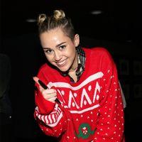 ¿Existe una forma molona de llevar los ugly Christmas sweaters? Te demostramos que nada es imposible