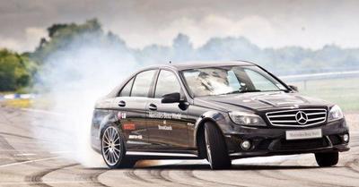 Record Guinness de derrapaje con Mercedes C63 AMG. ¡Conseguido!