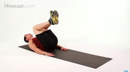 Crunch invertido: un buen ejercicio para trabajar los abdominales en cualquier sitio