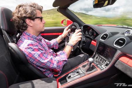 Porsche 718 Spyder conduciendo