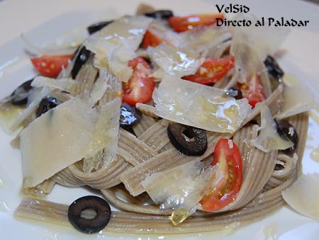 Fettuccine de ajo y albahaca con tomatitos y aceitunas