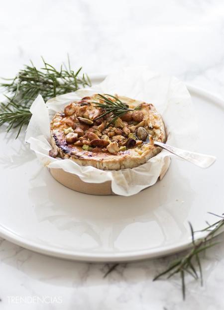 Hoy un aperitivo muy especial: Receta de Camembert caliente con miel y frutos secos