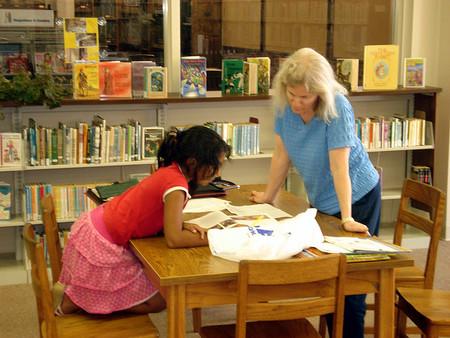 ¿Pueden los niños continuar aprendiendo durante el verano sin deberes?