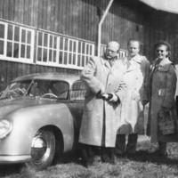 Con un tachón en el nombre VW: así fue la primera entrega de un Porsche en una fábrica