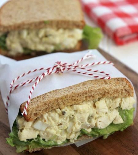 sándwich de ensalada de huevoo con pollo