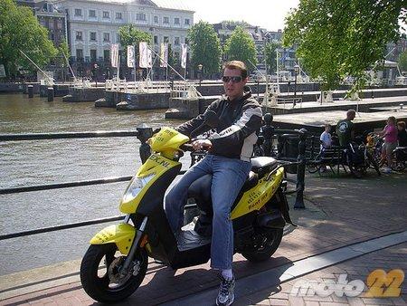 En moto por Ámsterdam sin casco