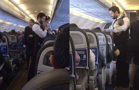 El amable gesto de un auxiliar de vuelo, al calmar no solo a uno, sino a dos bebés durante un viaje