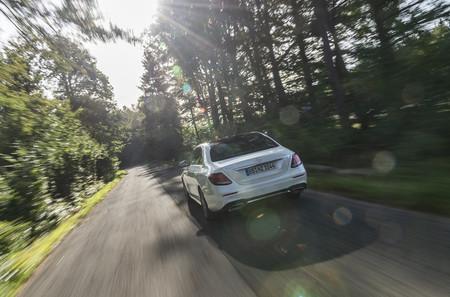 Mercedes-Benz E 300 de trasera en marcha