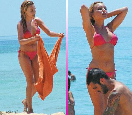 Berta Collado disfruta en la playa muy bien acompañada