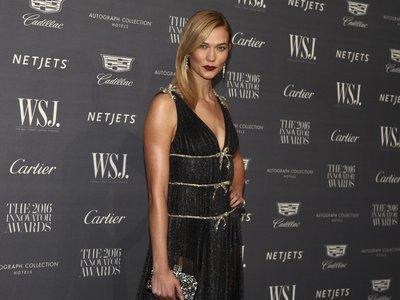 Karlie Kloss da una lección de cómo llevar los brillos en la entrega de premios de la revista WSJ