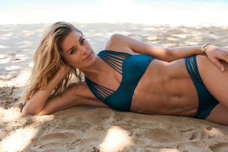 La colección de bikinis y bañadores diseñada por Doutzen Kroes nos permite ir la playa como las tops models