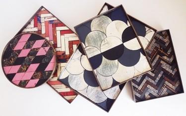 Recicladecoración: mosaicos que cubren mesas y bandejas hechos con tapas de libros