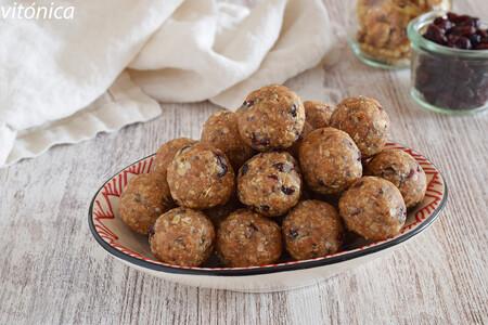 Energy balls o bolitas energéticas de avena, mantequilla de cacahuete, dátiles y coco: receta de snack saludable