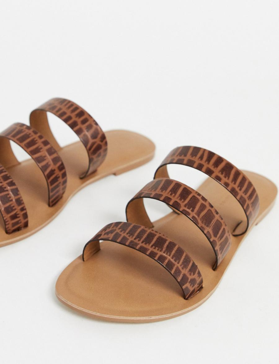 Sandalias planas de cuero de efecto cocodrilo en marrón Farren de ASOS DESIGN