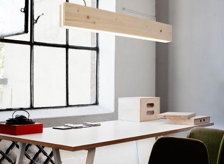 Con madera y LEDs se construye una gran lámpara