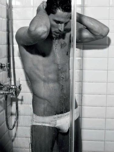 Andrés Velencoso se ducha en gayumbos