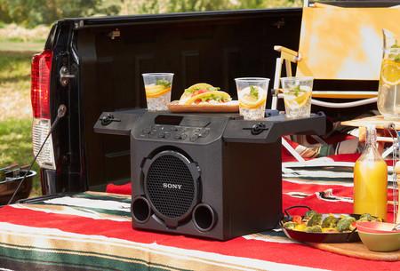 Este altavoz inalámbrico de Sony no solo adapta su sonido para exteriores, sino que sirve para colocar las cervezas y la botana