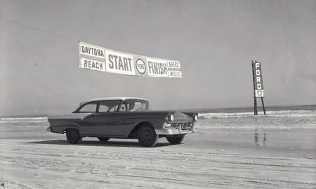 El fascinante origen de las 24 Horas de Daytona, con coches corriendo por la arena de la playa (en la que aún se puede conducir)