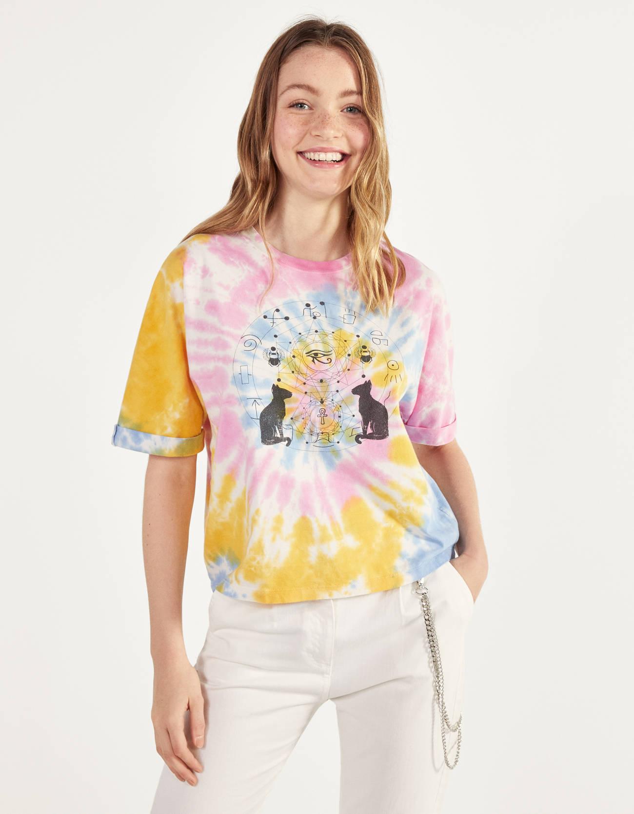 Camiseta tie-dye con estampado de inspiración egipcia