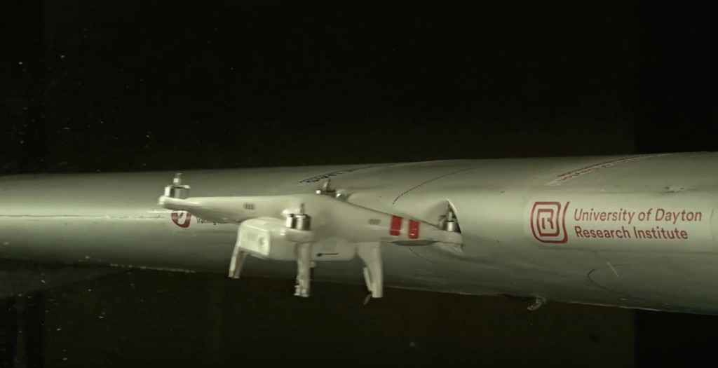 Esto es lo que pasa cuando un drone choca contra el ala de un avión a una velocidad combinada de 380 km/h
