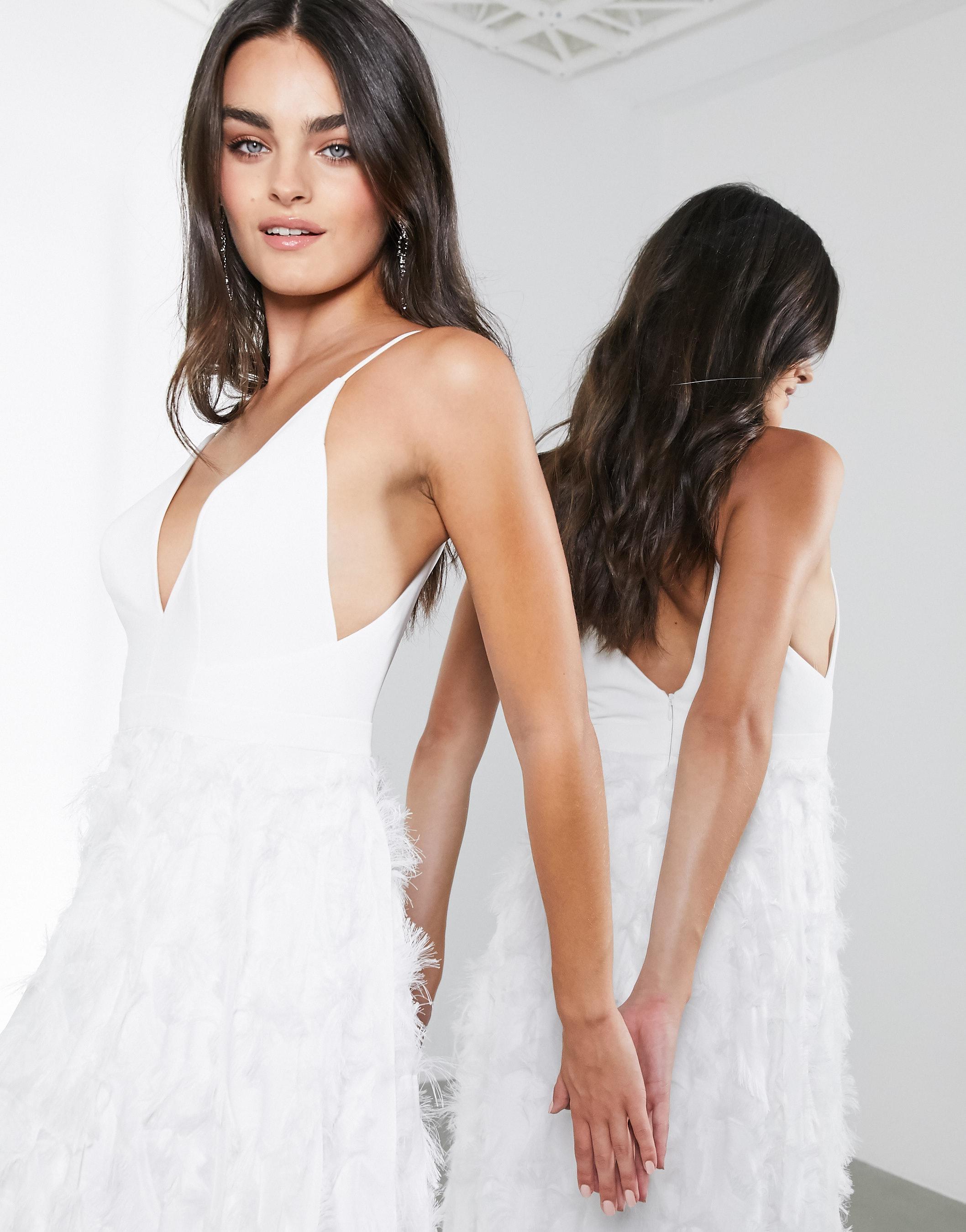 Vestido de novia escotado con falda efecto pluma