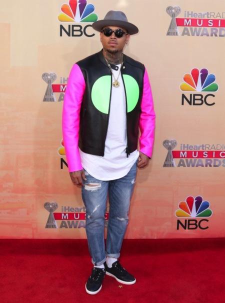 Chris Brown, no se te puede sacar de casa...