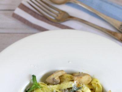 Tagliatelle con champiñones y pesto de albahaca. Receta de pasta