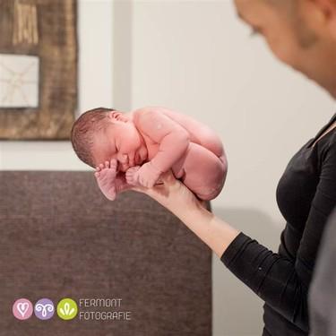 Preciosas imágenes del recién nacido en posición fetal: así estaba dentro de ti
