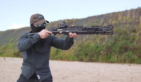 La última Kalashnikov tiene WiFi, Bluetooth, cámara y hasta un puerto USB tipo C gracias a integrar una Raspberry. Y dispara, claro