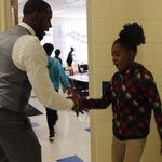 ¡Admirable! El profesor que tiene un saludo personalizado para cada uno de sus alumnos antes de entrar a clase