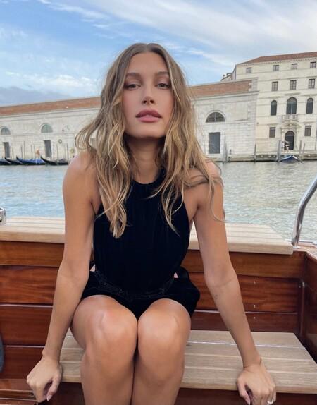 Hailey Bieber-Baldwin o cómo enamorar con un mono de Saint Laurent en pleno Venecia