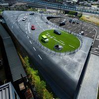 Toyota tiene un concesionario alucinante en Osaka que reinventa la idea de showroom, con pista de pruebas incluida