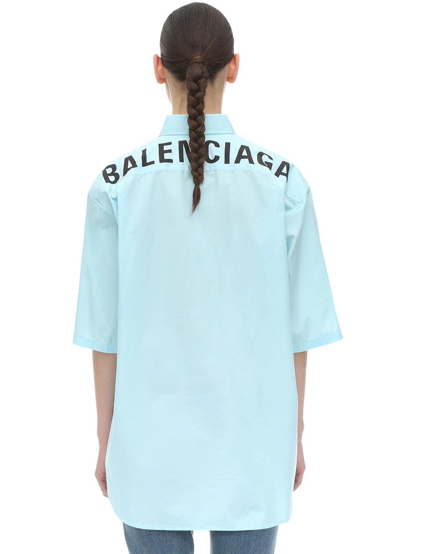 Camisa en azul pastel con logo en la espalda de Balenciaga