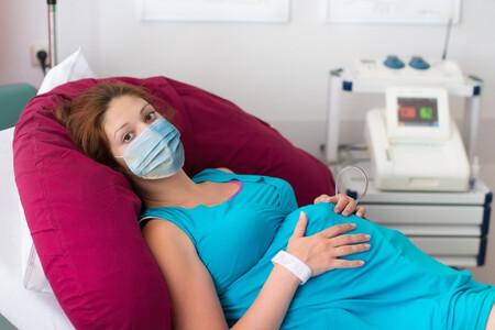 Por qué las embarazadas deben llevar mascarilla en el paritorio aunque su PCR haya dado negativa