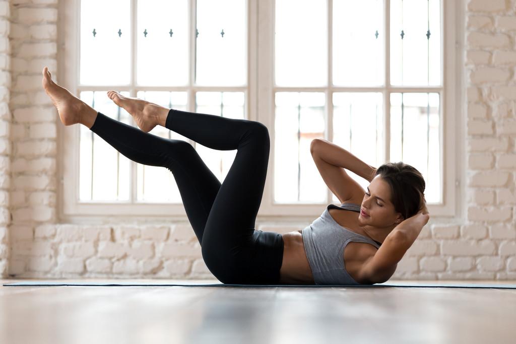 No dejes de entrenar tus abdominales durante la cuarentena: cinco ejercicios para trabajarlos sin necesidad de material