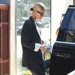 El último estilismo de Hailey Bieber nos muestra una nueva (y atrevida) manera de lucir un dos piezas