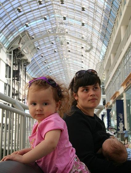 Amamantando en el centro comercial